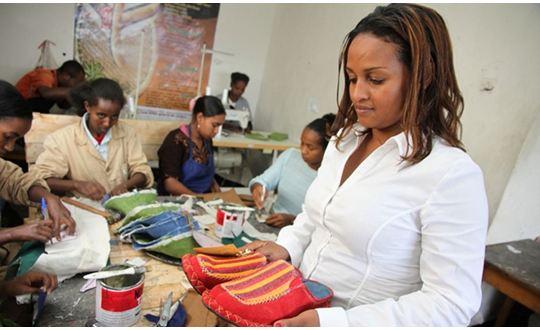 Upcycling 2.0 – in Äthiopien werden aus alten Autoreifen hippe Schuhe (Video)