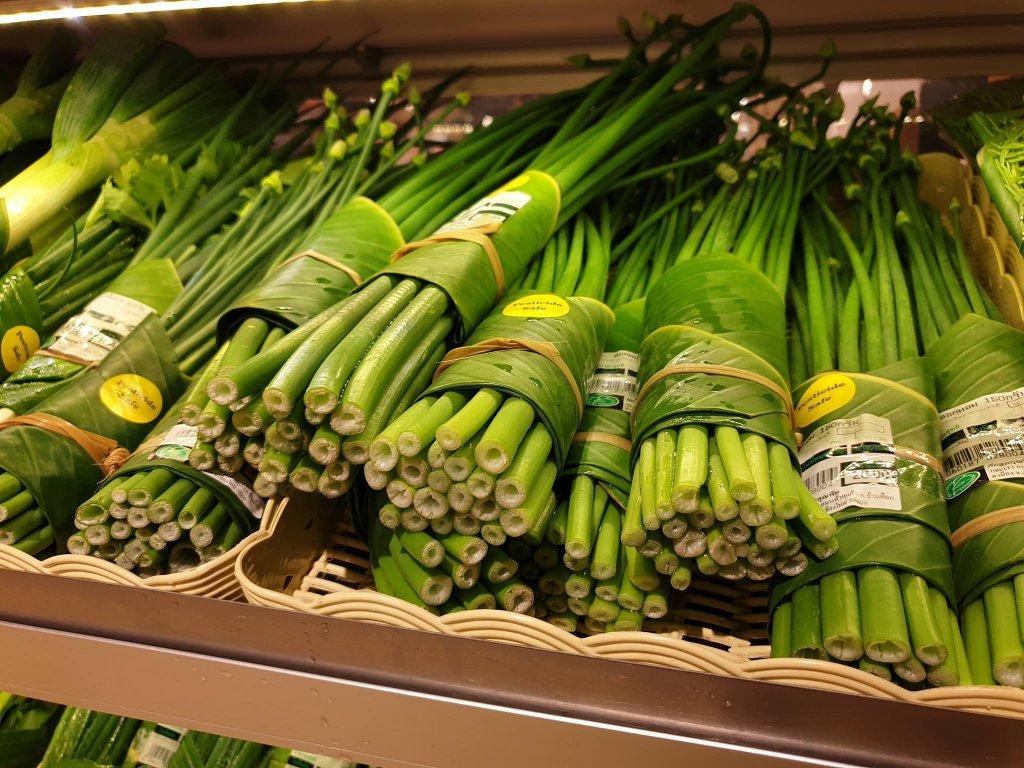 Thailändischer Supermarkt ersetzt Plastikverpackungen durch Bananenblätter